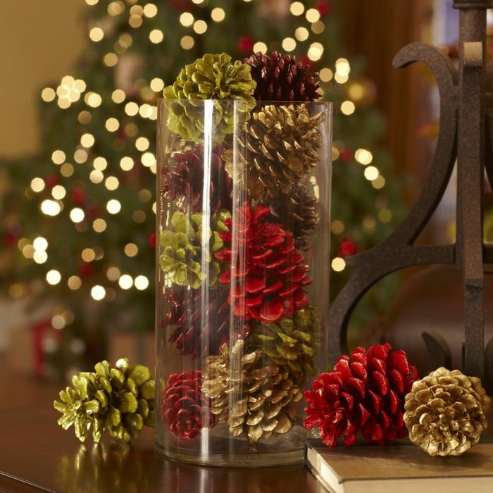 décoration de noel à faire soi-même, vase en verre rempli d'objets déco