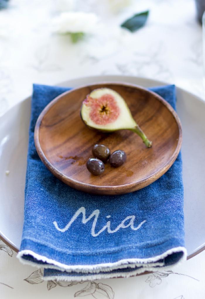 Ravissante idée marque place mariage idée table festive grèce olives