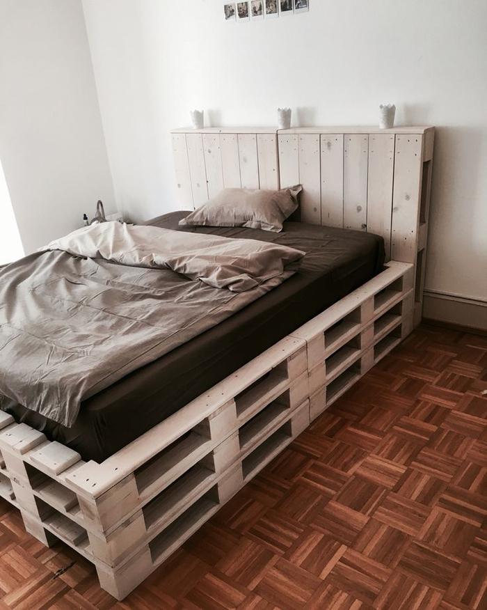 comment faire un lit avec des palettes, une tête de lit originale en palette assortie avec la plateforme du lit