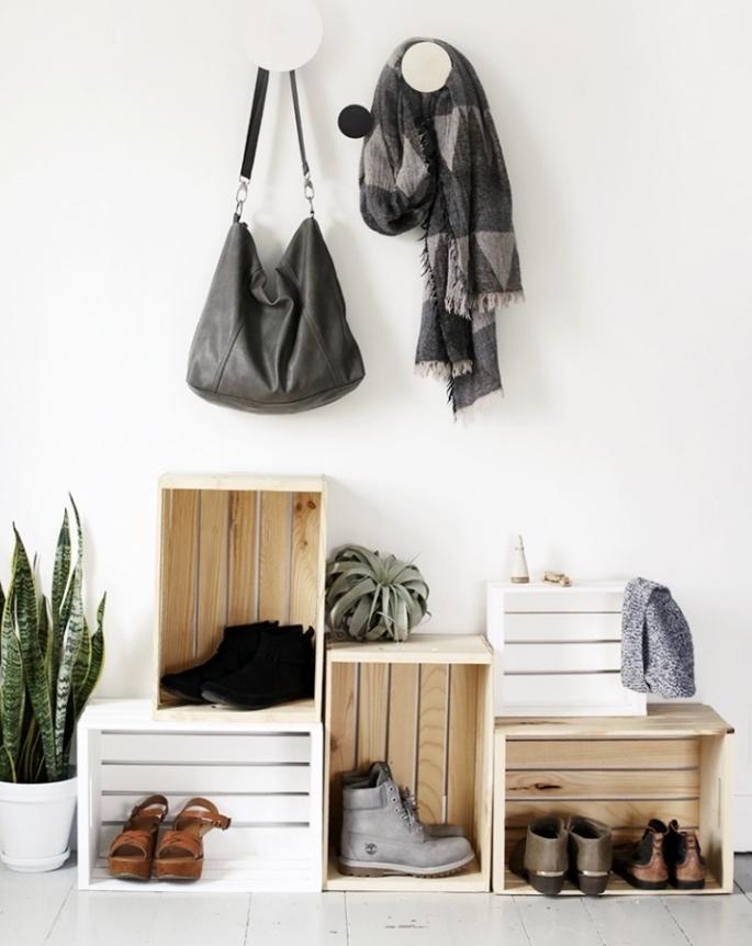 bricolage récupération avec des caisses en bois recyclées pour ranger des chaussures et de plantes