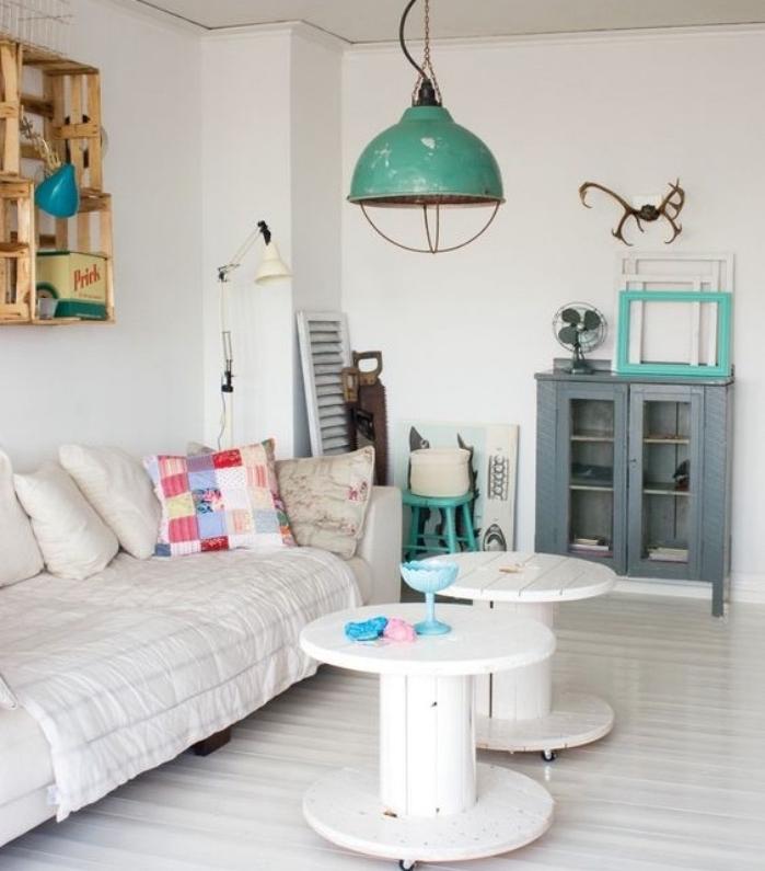 deco touret bois repeint en blanc et transformé en table basse à roulettes, canapé blanc, rangement murale etagere cagette, suspension industrielle