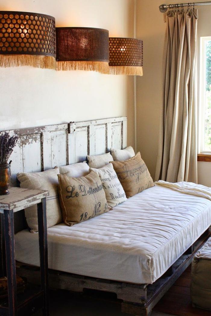 Sommier en palettes de bois penderie palettes with sommier en palettes de bois lit avec - Penderie en palette ...