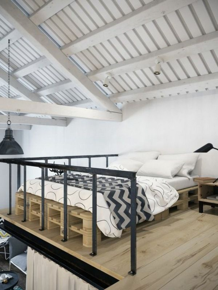 aménagement d'un loft de style industriel et scandinave avec un lit palette au deuxième étage