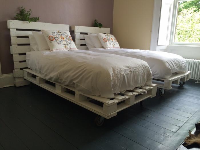 une chambre à coucher avec deux lits en palettes et leurs tête de lit assorties, idee avec palette récupérée pour un bricolage facile
