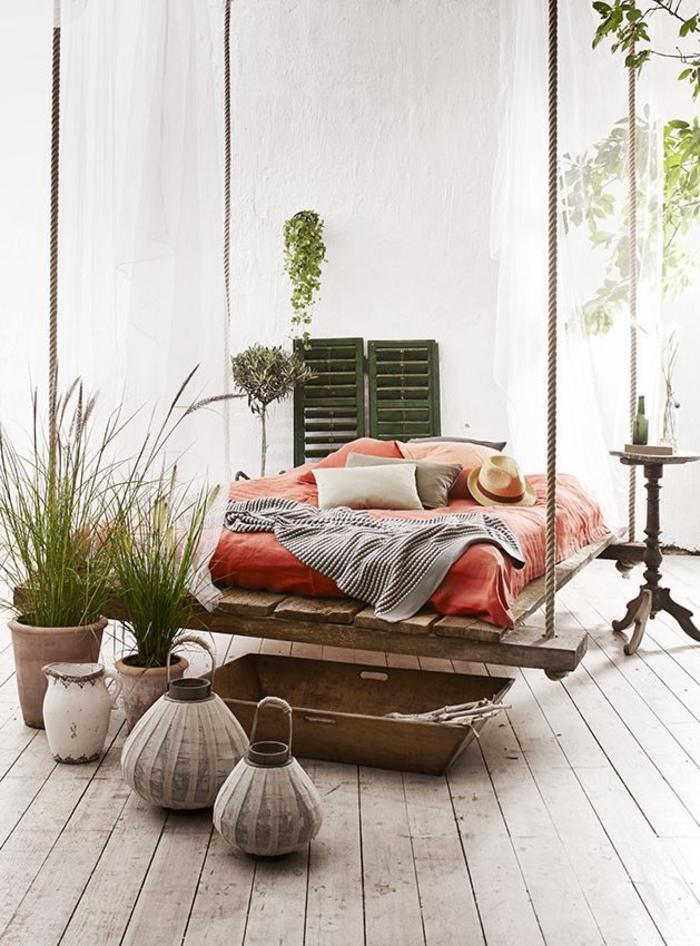 un lit flottant en palettes installée au centre de la véranda pour un espace de détente et relaxation original, idee avec des palettes pour un bricolage avec de la récup