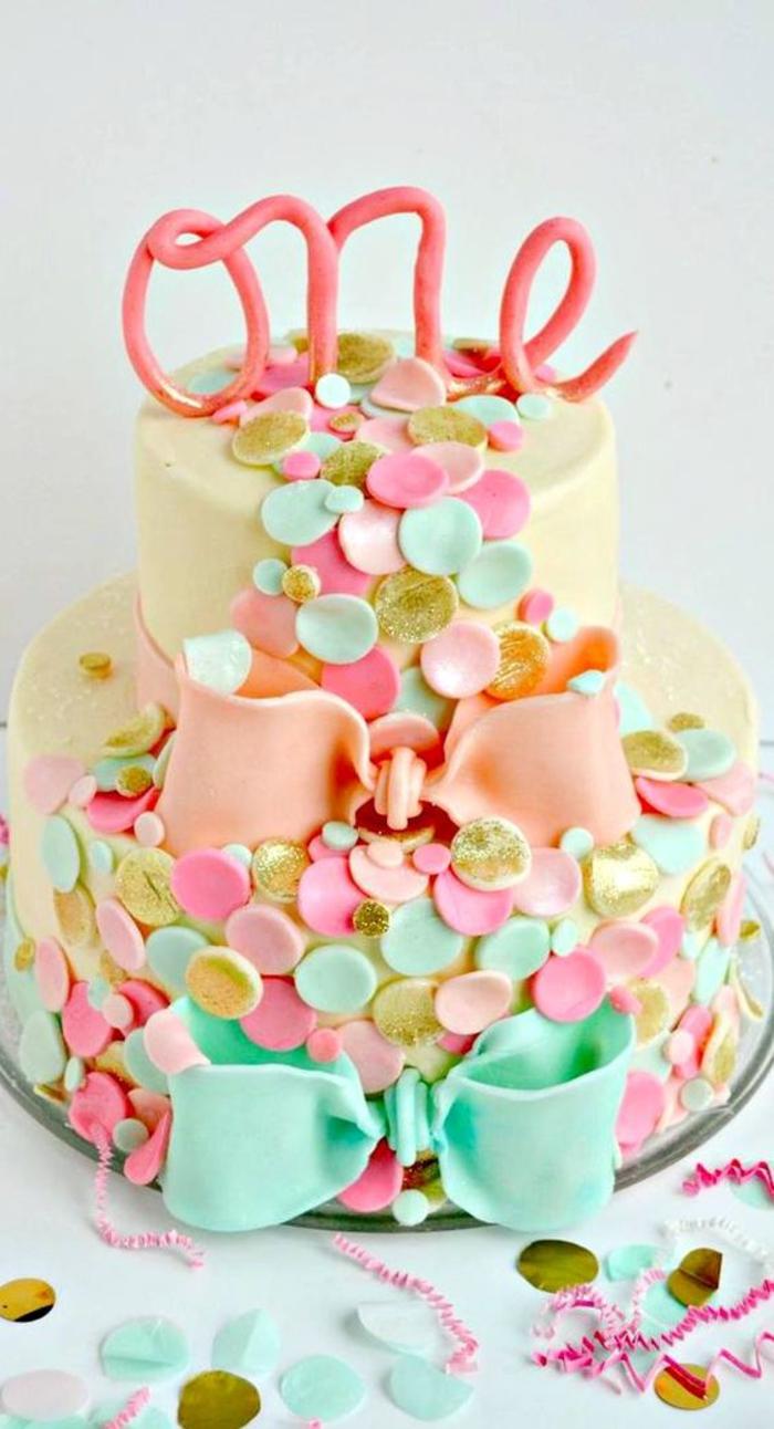 un gâteau design décoré de rubans et et de confettis en pâte de sucre, idée originale pour un gateau anniversaire 1 an fille bluffant