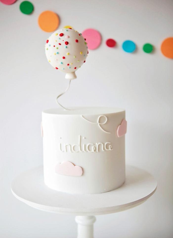 un gateau d'anniversaire enfant design pour fêter le premier anniversaire de votre bébé, décoration de gâteau en mini-ballons