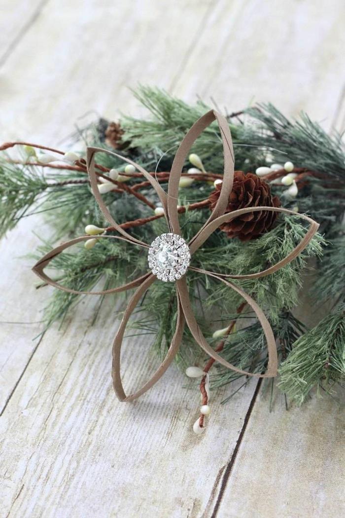 une suspension fleur pour décorer son sapin de noël dans l'esprit récuo, jolie idée pour un diy deco recup