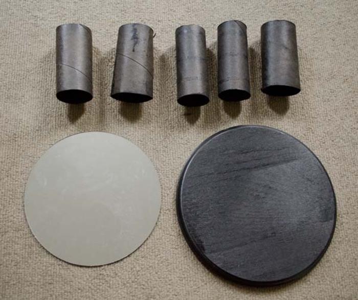 une idée géniale pour un diy deco recup, miroir rond relooké grâce à un cadre en rouleaux de papier toilette récupérés
