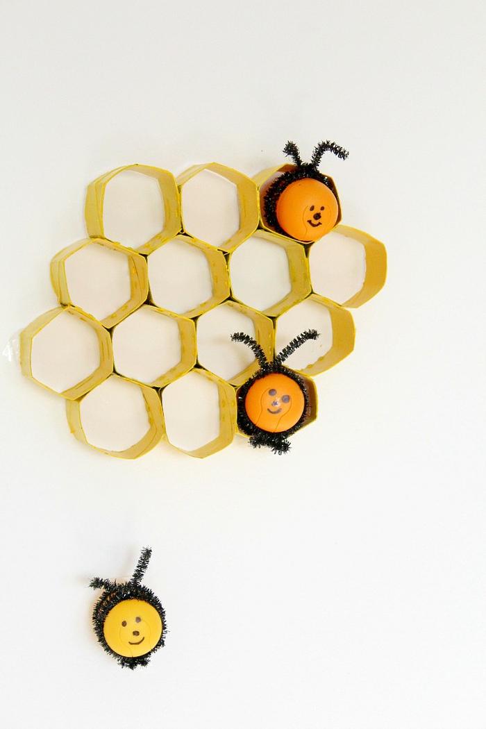 idee deco recup avec des rouleaux de papier toilette recyclés en décoration murale nid d'abeille