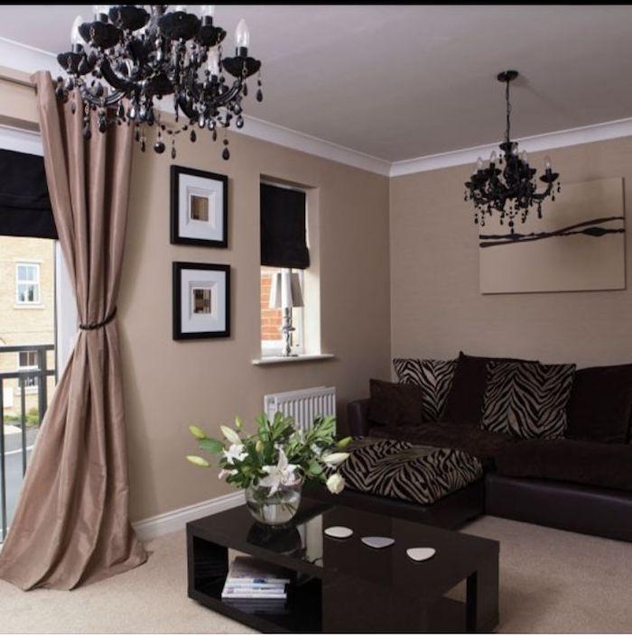 peinture séjour blanc et taupe et meubels foncé marron bistre