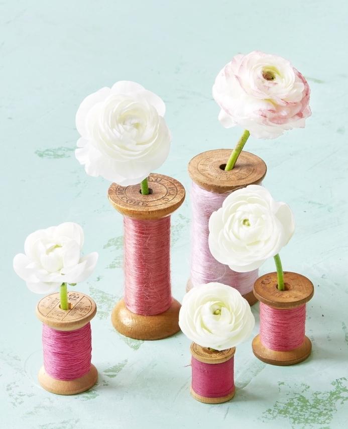 un rangement fleur dans des bobines à coudre, bricolage récupération, decoration florale vintage
