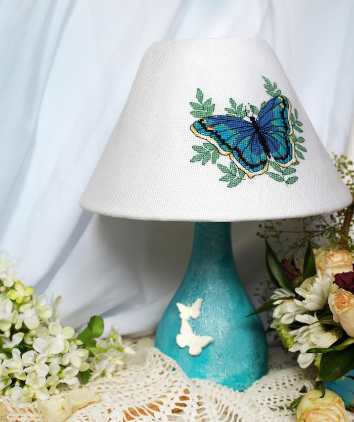 bricolage facile, lampe peinte en bleu avec papillons blancs 3D, déco avec fleurs artificielles