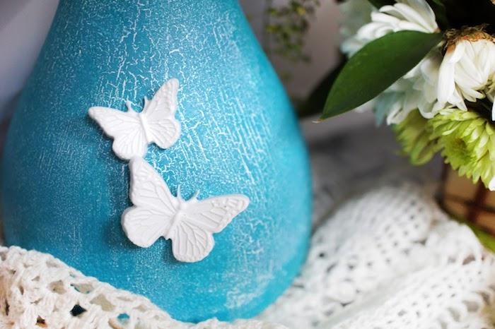 lampe a poser peinte en bleu avec papillons 3D blancs, bouquet de fleurs artificielles