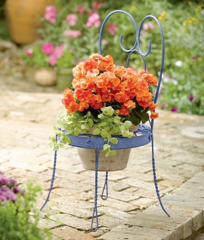 déco avec de la récup, une vieille chaise en metal, transformée en jardinière avec un pot de fleur, deco jardin simple