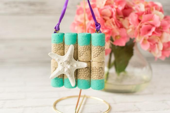 idée de décoration fabriquée à partir de bouchons de liège repeints et décorés d une étoile de mer, deco bor de mer, bricolage récupération