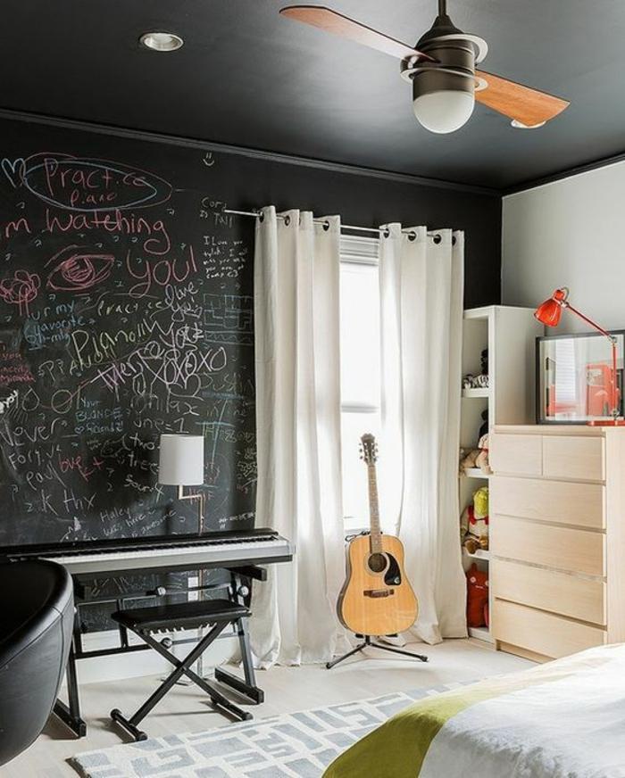 deco chambre garcon un mur entier comme tableau de classe pour y ecrire et luminaire avec ventilateur
