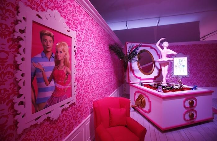 meuble chambre enfant, maison en miniature pour filles, cadre photo vintage avec portrait de barbie et ken
