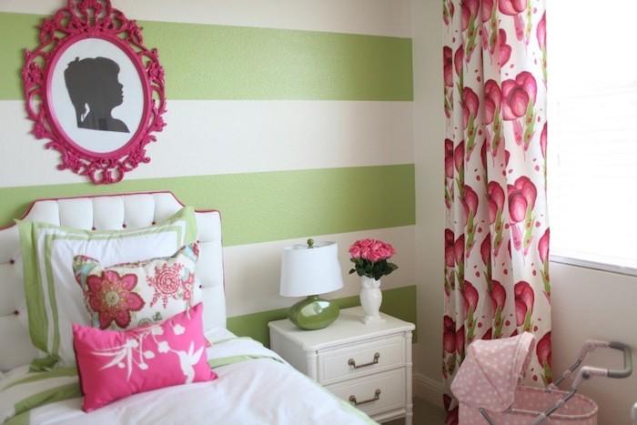 meuble chambre enfant, table de chevet en bois peint blanc, lampe de chevet en blanc et vert, bouquet de roses