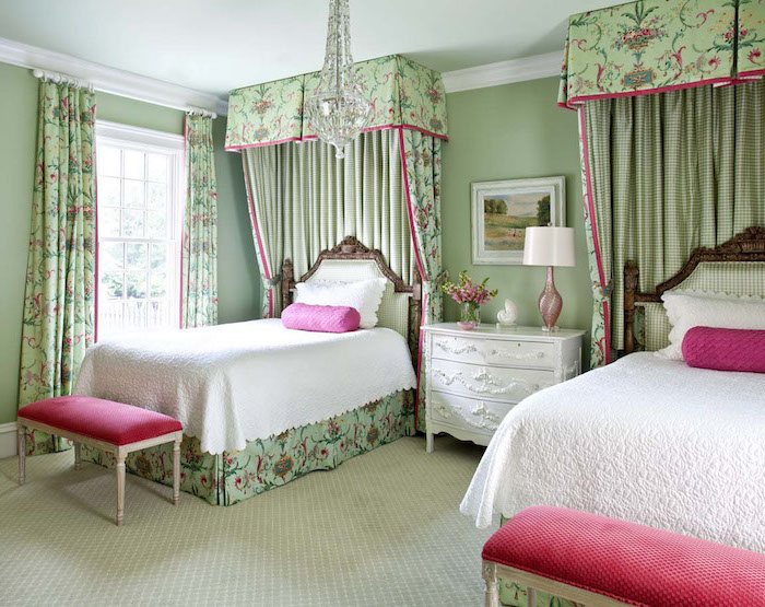 palette de couleur, chambre d'enfant aux murs peints en vert et plafond bleu claire, tête de lit en bois foncé et tissu carré en vert et blanc