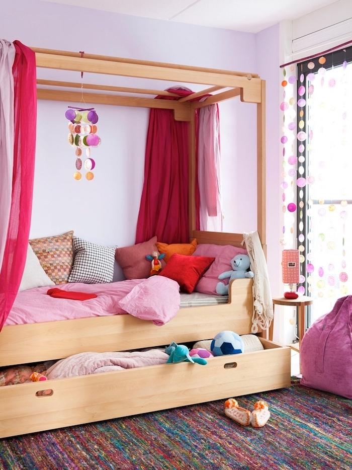 objet deco, aménagement chambre d'enfant, cadre de lit en bois avec rideaux rouge framboise, décoration rideaux fenêtres diy