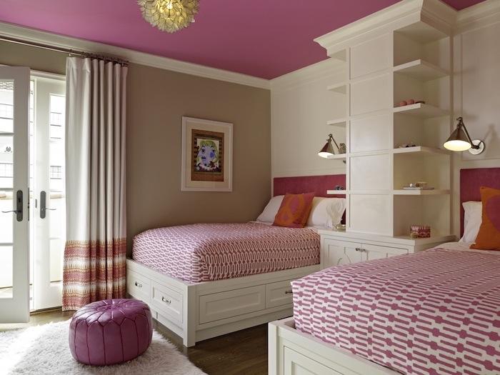objet deco, chambre d'enfant aux murs beige et plafond rose, couverture de lit à motifs géométriques en blanc et rose
