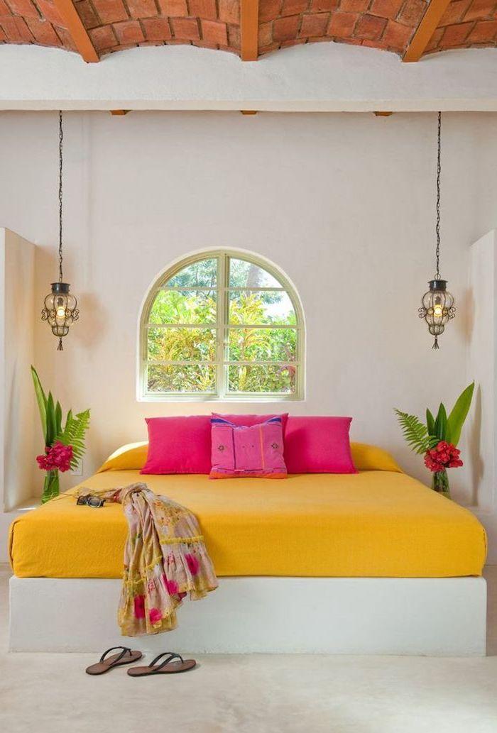 tendance deco, chambre à coucher aux murs blancs et plafond à motifs tuiles, petite fenêtre à carreaux