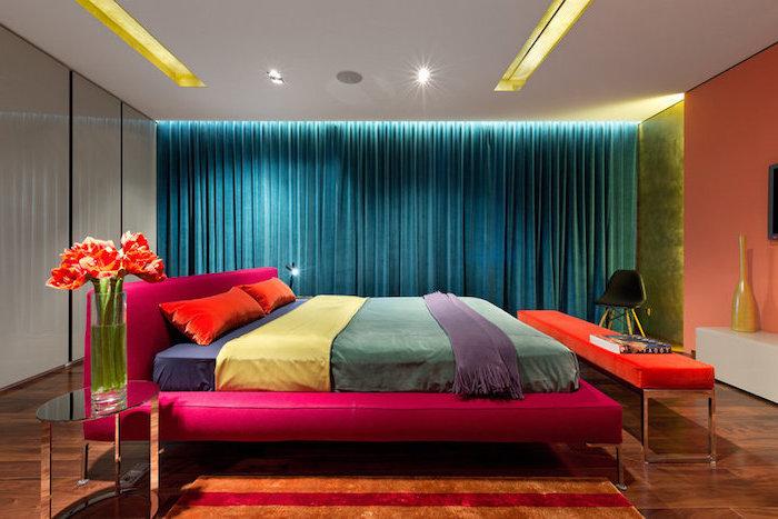 palette de couleur, chambre à coucher aux murs peints en orange et plafond blanc, lit kingsize en tissu framboise