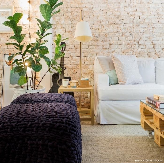 decoration salon cocooning avec canapé blanc, tabourets mauve, tapis beige, table basse palette à roulette, plante verte, guirlande lumineuse