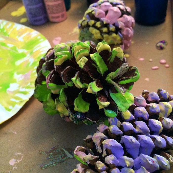 deco de noel a faire soi-meme, pommes de pin trempés en peinture, décoration facile
