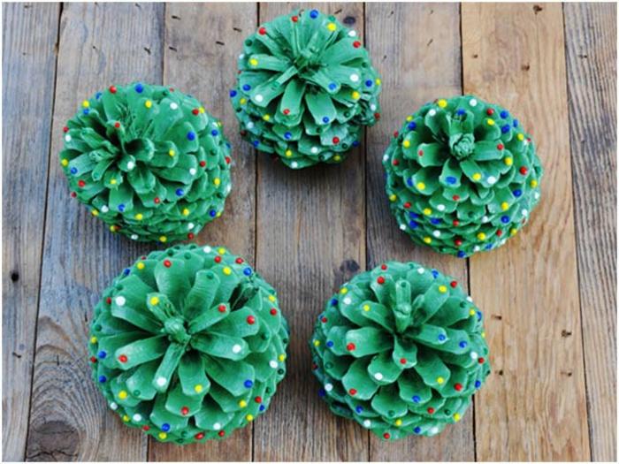 deco de noel a faire soi-meme, jolis sapins de Noel peints verts avec des pois de peinture bouffante