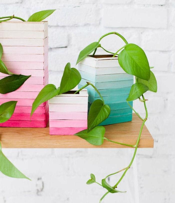 un diy cache-pot fabriqué à partir de batonnêts de glace, repeints effet ombré, peinture bleu et rose pastel, deco fait maison simple, bricolage facile