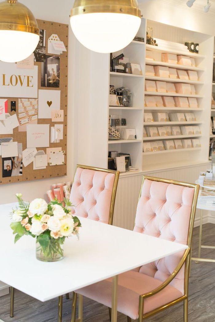 salle à manger aux murs blancs, table à manger blanche avec chaises rose pastel, tableau décoratifs avec notes et photos