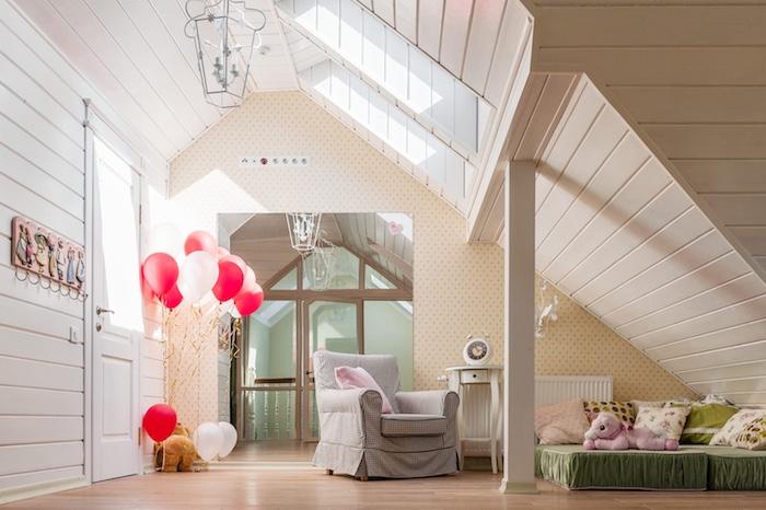 lit bas couvert en plaid vert avec coussins décoratifs en nuance kaki blanc, chambre aux murs en bois champagne