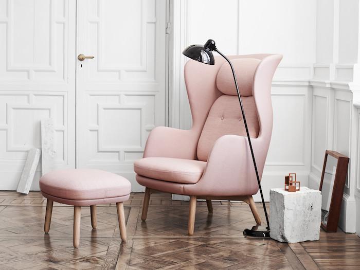 rose pale à l'intérieur salon, murs et porte peints en blanc, rêvetement de sol en bois foncé, minimalisme dans la déco