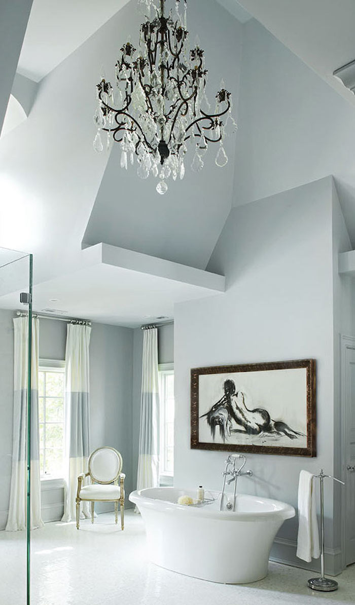 grande salle de bain aux murs couleur perle gris