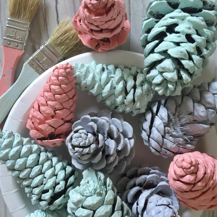 deco noel a fabriquer, peindre les cones en couleurs pastels, loisirs créatifs