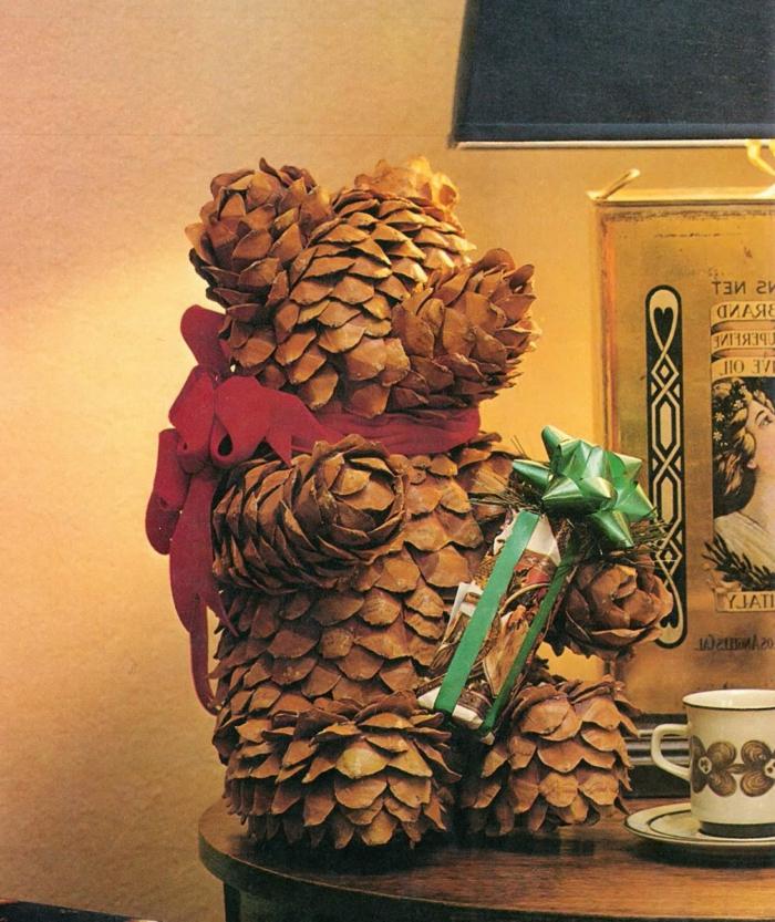 deco noel a fabriquer, ourson portant un cadeau en matériaux inhabituels fait maison