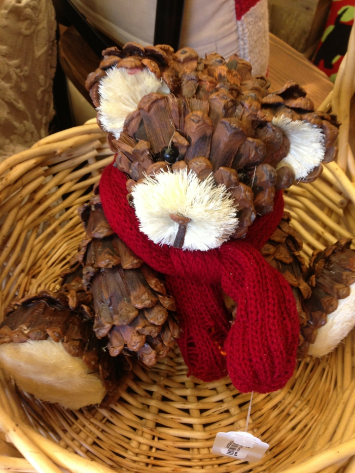 deco noel a fabriquer, grand jouet ourson assis dans un panier tressé