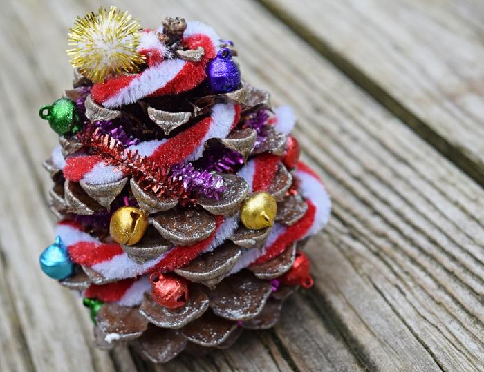 deco noel a fabriquer, petit sapin de noel décoré de ficelle de laine et de petites perles