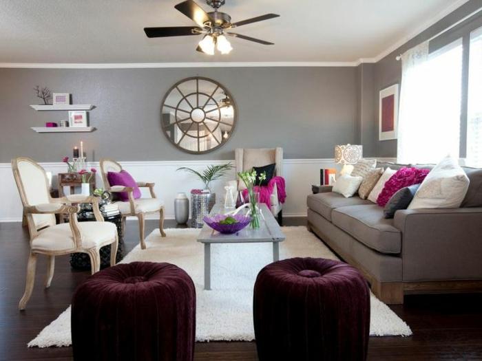 deco peinture salon, peinture murale grise, petites étagères blanches, deux chaises baroque, tabourets pourpres