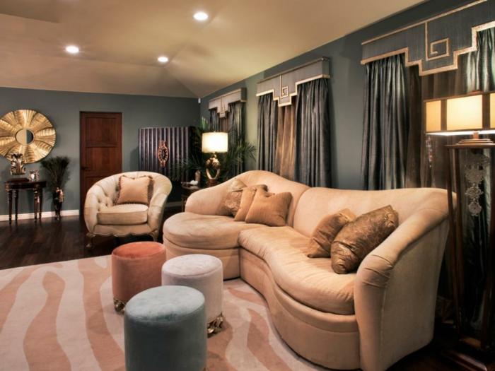 deco peinture salon, sofa ondulant couleur rose pâle, peinture murale grise, tabourets ronds