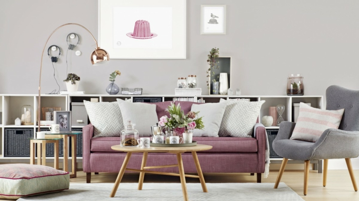 deco peinture salon, murs gris, lampadaire arc, étagère cubique, table en bois