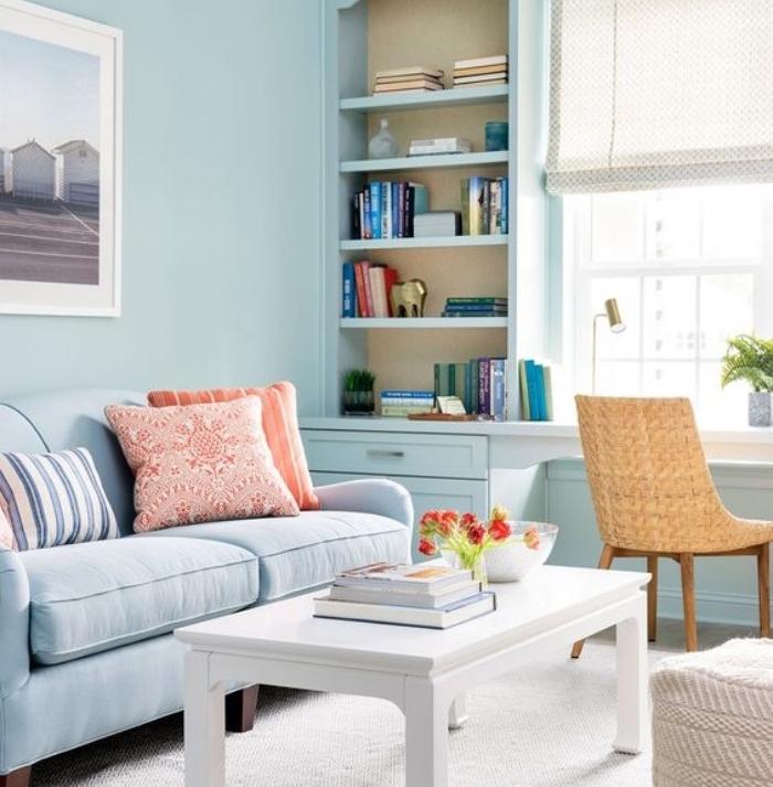 salon blanc et beige introduits par petites touches, tapis et table basse blancs, chaise beige, canapé et mur couleur bleue