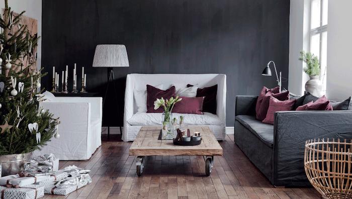 deco salon gris, mur d accent gris anthracite, canapé gris, fauteuils blancs, parquet bois, table basse en bois à roulettes, arbre de noel