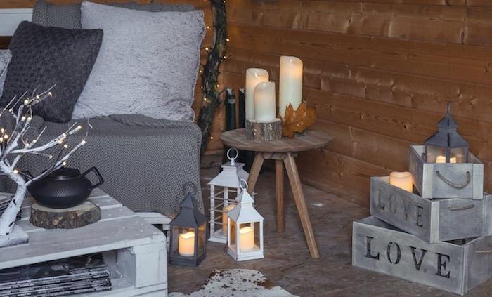 deco salon gris, avec canapé gris et coussins gris, decoration de cagettes bois et lanternes, table basse en palette blanche
