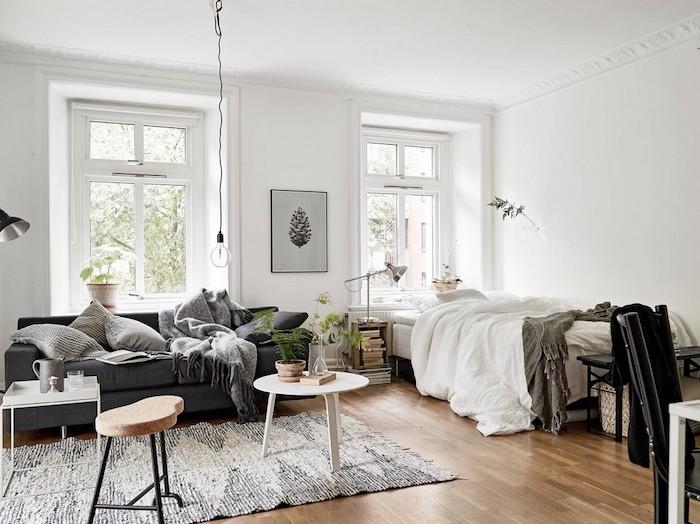 chambre à coucher, salon, idee deco cocooning, canapé gris, couverture enveloppante, coussins gris, tapis blanc et noir, table basse blanche, suspension ampoule