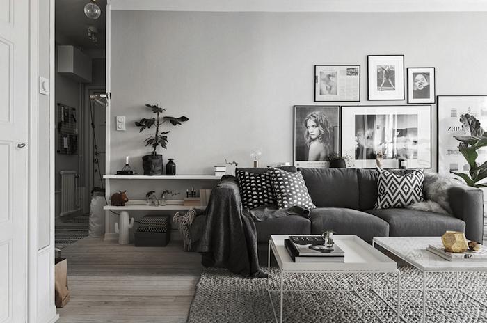 deco salon gris et blanc canapé gris anthracite, tapis gris tricoté, tables basses blanches, parquet en bois, decoration murale de photographies en noir et blanc