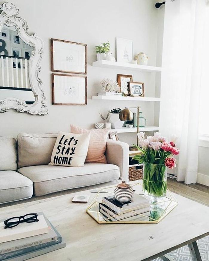 deco salon gris, miroir baroque, étagères blanches, sofa gris clair, grande table en bois et bouquet de tulipes