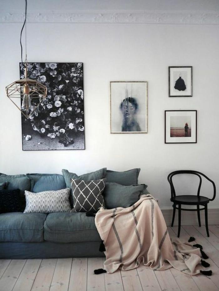 deco salon gris, lampe cage, chaise noire vintage, plaid rose avec franges noires